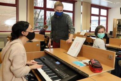 Lilly Haase (links) und Rahel Teubner (rechts) aus der Abschlussklasse Musik waren die ersten, die kurz vor den Fe-rien mit den neuen Keyboards arbeiten konnten. Lehrer Lukas Riedel hatte die Idee dazu.