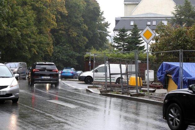 Wenn hier eine Tempo-30-Zone wäre, müssten Fahrzeuge auf der Grünhainer Straße den von rechts Kommenden die Vorfahrt gewähren.