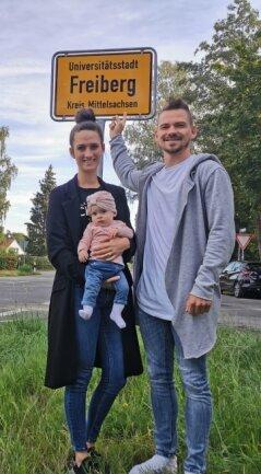 CFC-Neuzugang Kevin Freiberger mit seiner Frau Lea und Töchterchen Mia am Ortseingangsschild von Freiberg. Die Stadt habe er sich wegen seines Nachnamens unbedingt ansehen wollen, so der CFC-Spieler.