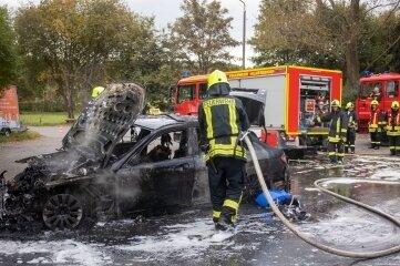 Der Mercedes brannte komplett aus.