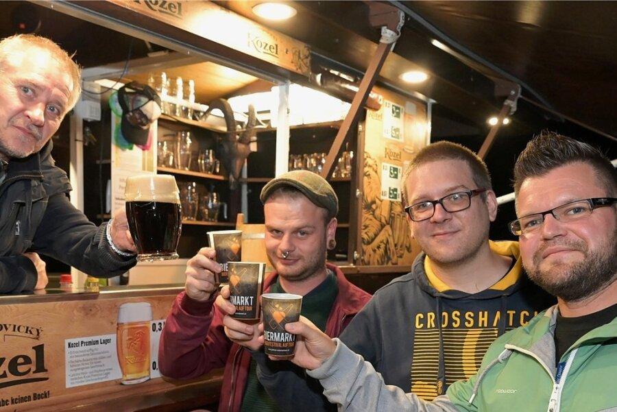 Großen Durst durften die Gäste am Wochenende aus Sicht der Händler gern auf das Gelände des Pionierparks in Stollberg mitbringen. Denn wenn das Bierfestival zum Besuch der Stände mit Brauereierzeugnissen verschiedener Herkunft, Stärken und Geschmacksrichtungen eilädt, dann gehört das kräftige Bechern der Freunde des in Deutschland noch immer beliebten Gerstensaftes zum Flair einer solchen Veranstaltung. Die Gelegenheit, einheimische, aber auch internationale Biere zu kosten, nutzten auch drei junge Männer am Stand des Berliners Holger Dybowski (Foto links), der in Stollberg tschechisches Bier anbot. Kevin Kutzler aus Erfurt, Markus Jung aus Niederdorf und Stefan Neubert aus Niederdorf (Foto von links) hoben mit Freude die Becher.
