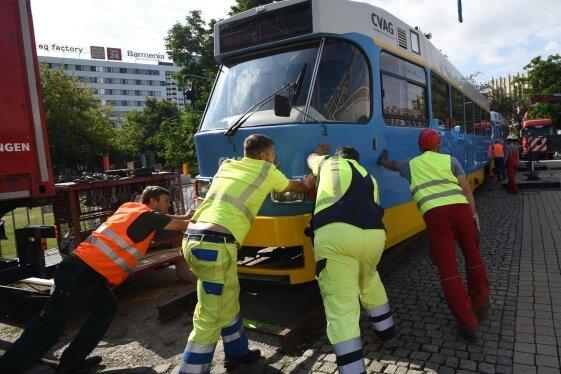 Am Mittwoch war die ausgemusterte Tatra-Bahn im Stadthallenpark aufgestellt worden. Dort soll sie bis Mitte August bleiben.