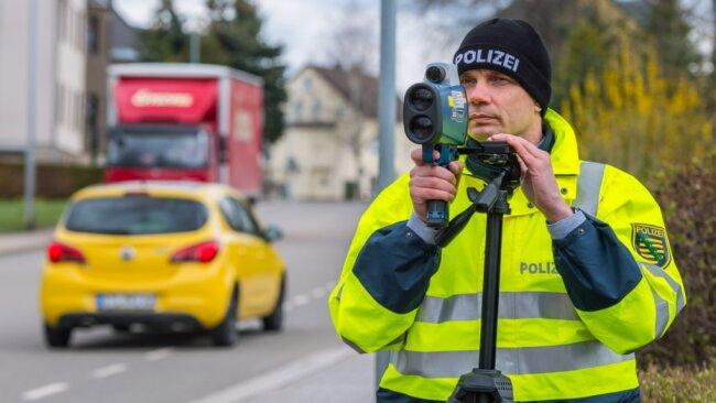 """Bei der Aktion """"Blitz für Kids"""" nahm der Bürgerpolizist Gunar Häckel am Dienstag Autos vor der Grundschule Hohndorf ins Visier."""