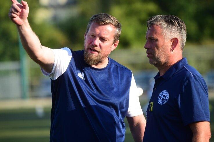 Der Coach zeigt die Richtung an: Der VfB Fortuna mit Trainer Rocco Dittrich (links) und dem neuen Co-Trainer Jens Zimniok soll in der Landesklasse, jetzt in der Staffel Mitte, oben mitspielen.