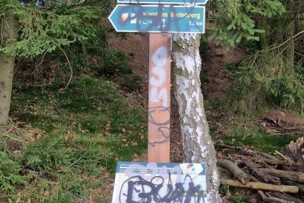 Bei Marienberg wurden Wegweiser, Hinweistafeln, aber auch Sitzmöbel und eine Brücke mit Graffiti verschandelt.