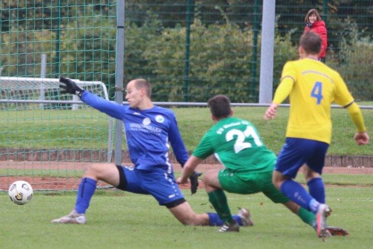 Das Unheil für Oelsnitz im Derby gegen den Reichenbacher FC nimmt seinen Lauf: Maurice Lange (Nummer 4) netzt zum 1:0 für den RFC ein. Max Löscher (Nummer 21) und Torhüter Toni Lohse können nichts machen.