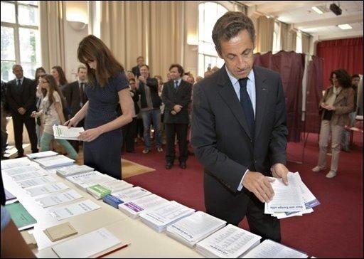 In Frankreich hat die konservative Regierungspartei UMP von Präsident Nicolas Sarkozy bei der Europawahl mit Abstand das beste Ergebnis erzielt. Eine massive Schlappe müssen Hochrechnungen zufolge die Sozialisten hinnehmen. Das Foto zeigt Sarkozy und seine Frau Carla bei der Stimmabgabe in Paris.