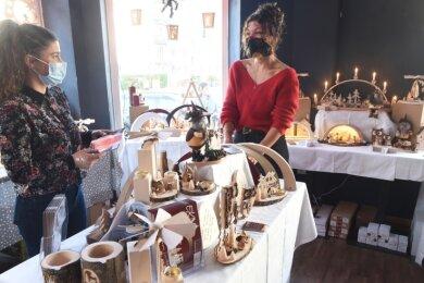 Carolin Reinhardt (links) und Josephin Berger organisierten innerhalb von wenigen Tagen die Waren, die bis Monatsende verkauft werden.