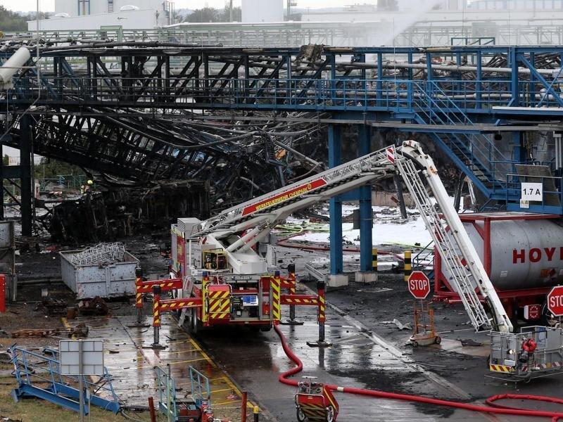Einsatzkräfte der Feuerwehr sind mit Löscharbeiten im Chempark beschäftigt. Nach der Explosion am Dienstag geht die Suche nach den Vermissten weiter.