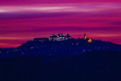 Eine Sache weniger Minuten: Mit einer Canon 5D Mark 3 fotografierte Marcel Schlenkrich am 8. November 2015 den Sonnenuntergang hinter der Augustusburg. Daten zum Bild: Belichtungszeit 1/15 sec, ISO 1250, Blende F/2,8 - ohne Stativ.