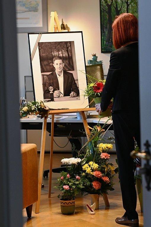 Im Amtszimmer des Oberbürgermeister im Rathaus in Limbach-Oberfrohna liegt das Kondolenzbuch für Jesko Vogel. Etliche Trauernde haben Blumen gebracht.