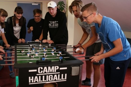 Thomas Majka (3. von rechts) organisiert das Halligalli-Camp. Die jungen Leute haben jede Menge Spaß und Mitbestimmungsrecht.