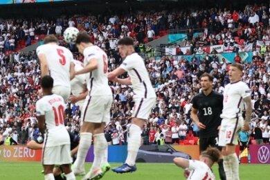 Einer liegt am Boden und wendet sich dann dem Ball zu: Spieler der englischen Nationalelf parieren beim Viertelfinalspiel gegen Deutschland am 29. Juni im Londoner Wembley-Stadion (2:0) einen Freistoß von Thomas Müller.