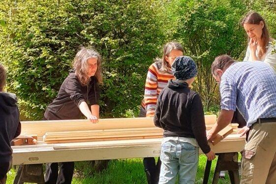 Im Projekt haben Teilnehmer im Sommer zum Beispiel eine Trockentoilette für den Garten des Müllerhofs Mittweida gebaut.