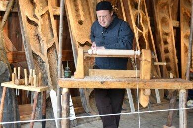 Holz als Naturmaterial stand am gestrigen Sonntag im Mittelpunkt des Thementages im Freilichtmuseum Eubabrunn. Mit dabei war auch Dirk Pigorsch aus Grünhainichen mit seiner Wippdrehbank.