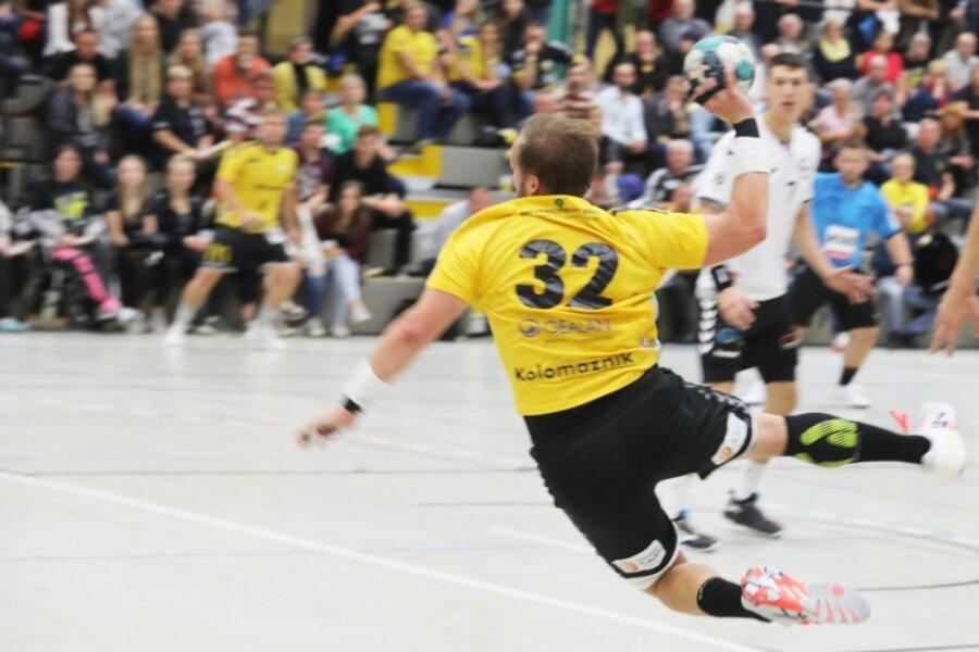 Jakub Kolomaznik - im Foto beim Torwurf im Spiel gegen Bernburg - traf beim Tabellenführer Vinnhorst zweimal für den SV 04 Oberlosa. Die zahlreichen Ausfälle waren dort aber nicht zu kompensieren.