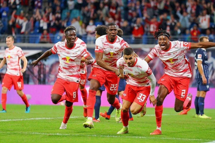 Torschütze André Silva (Nummer 33) bejubelt mit seinen Leipziger Teamkollegen den Treffer zum 1:0.
