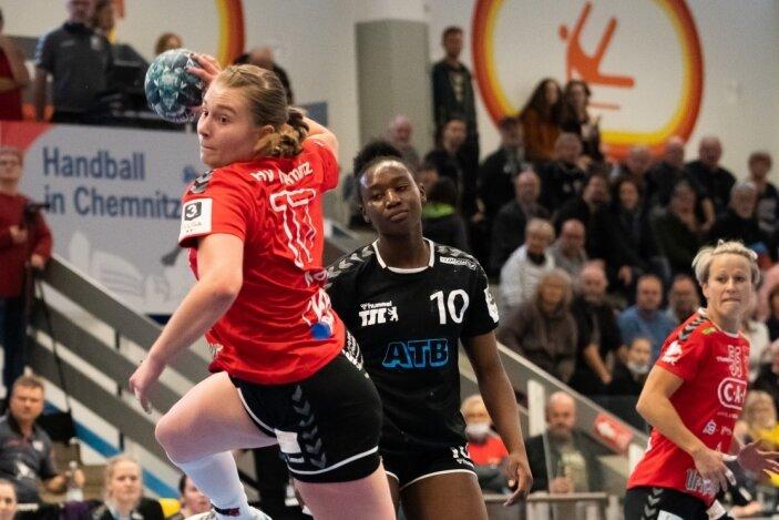 Tor für Chemnitz, Frust bei Berlin: Mit 28:19 gewannen die Handballerinnen des HV Chemnitz am Sonntagnachmittag gegen den Berliner TSC. Frederike Kob (im Bild) steuerte einen Treffer dazu bei.