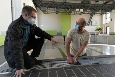 Bauamtsleiter Thomas Illmann (links) und Schwimmmeister Sebastian Schröder am Lehrschwimmbecken in Oelsnitz. Für die Anlage stehen Sanierungsarbeiten an.