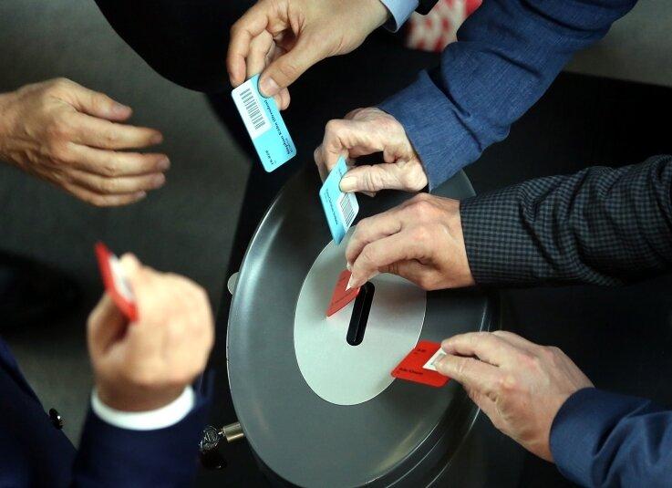 Die gleiche Prozedur wie am 17. Juni (Foto): Morgen stimmen die Bundestagsabgeordneten in einer der Sondersitzung erneut über Griechenland-Hilfen ab.