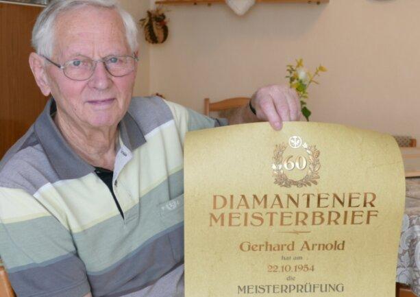 Stolz präsentiert Gerhard Arnold den Diamantenen Meisterbrief, den er 2019 erhielt.