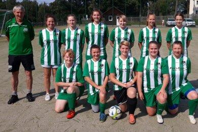 Die aktuelle Frauenmannschaft der Spielgemeinschaft Mühltroff/Tanna um Trainer Johannes Goj (links) kämpft in der Vogtlandklasse auf Kleinfeld um Punkte und belegt dort derzeit Platz 6.
