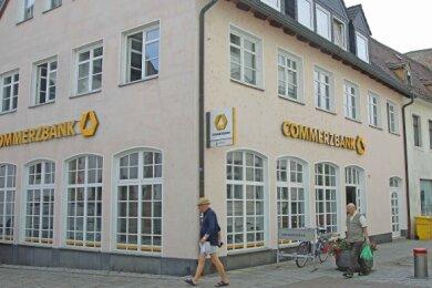 Die Crimmitschauer Commerzbank ist unweit des Marktes und Kirchplatzes zu finden.
