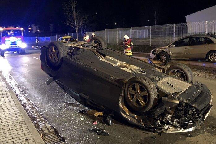 Ein Auto kam am Samstagabend aus noch unbekannter Ursache von der Zwickauer Straßeab und stieß mit einem parkenden Pkw zusammen.