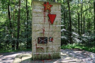 Das Ehrenmal für die Opfer des Faschismus am Kohlweg in Bad Schlema haben Unbekannte jetzt mit roter Lackfarbe beschmiert.