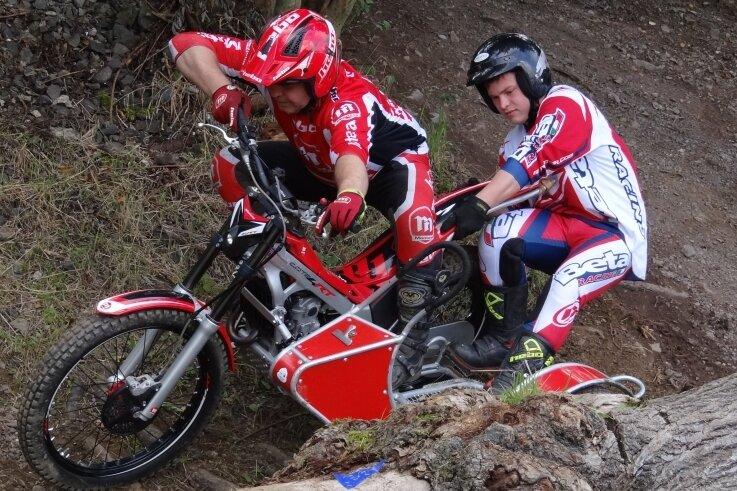 Pilot und Beifahrer müssen beim Sidecartrial ein eingespieltes Team sein - wie hier Tino Meinel (links) und Felix Hampicke, die an beiden Wettkampftagen den ersten Platz einfuhren.