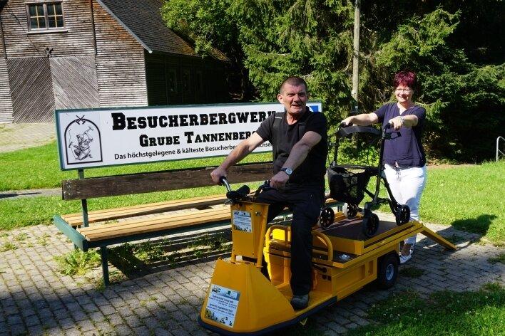 Steffen Gerisch und Anke Färber mit dem neuen Elektro-Mobil, mit dem nun auch Behinderte das Schaubergwerk am Schneckenstein besuchen können.