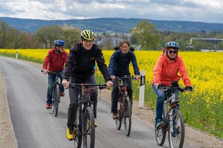 Knut Kirsten und Kerstin Petzold von der Stadtverwaltung Auerbach (vorn), Antje Böttcher vom Radverkehrsverein Lima (Mitte) und interessierte Bürger kamen - wie es sich gehört - mit dem Rad zur Radwegeinweihung.