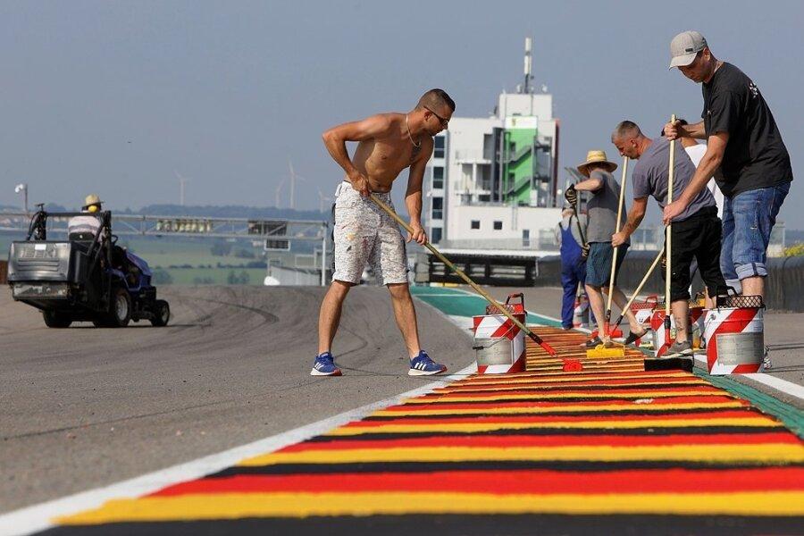 Bevor am kommenden Wochenende die größte Motorsportveranstaltung in Deutschland auf dem Sachsenring steigt, hatten die Helfer viel zu tun. Die Streckenbegrenzungssteine wurden neu in den Farben der Nationalflagge gestrichen.