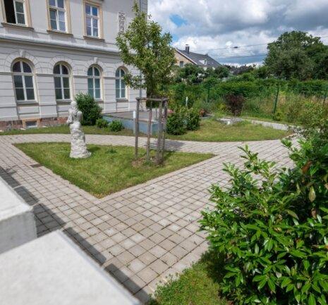 Bis die Bauarbeiten beginnen, könnte der Bauerngarten am Bahnhof für kleinere Zusammenkünfte genutzt werden.