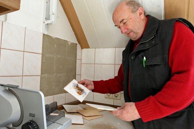 Raimund Eifert kämpft in seiner Küche mit den herabfallenden Fliesen. An anderen Stellen im Haus haben sich Risse gebildet.