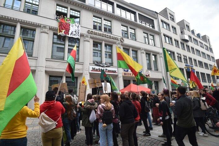 Vor dem CDU-Büro protestierten im Oktober Aktivisten gegen die Militäroffensive der Türkei in Nordsyrien. Zuvor waren 14 Frauen und Männer in das Büro eingedrungen und hielten es mehrere Stunden besetzt.