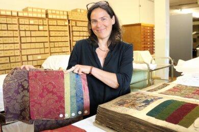 Die Kunsthistorikerin Evelyn Schweynoch ist derzeit in der Historischen Schauweberei Braunsdorf damit beschäftigt, das umfangreiche Musterarchiv zu erschließen.