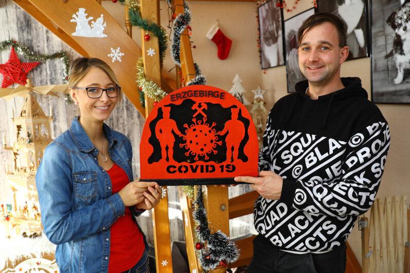 Nicki Hertzsch aus Sehma hat einen Corona-Schwibbogen für ihren Mann gestaltet.