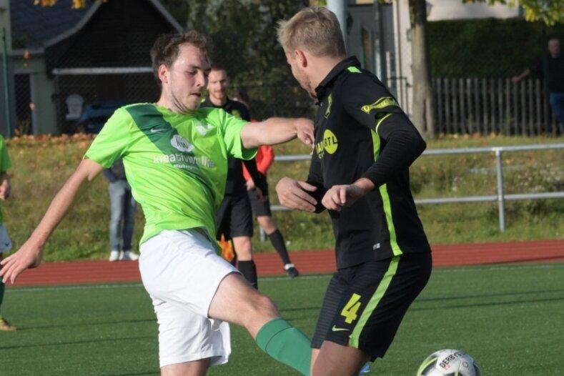 Thalheims Lucas Gräbner (links) spitzelt Marcel Richter vom BSC Rapid den Ball weg. An Ende hatten allerdings die Chemnitzer gut lachen und siegten verdient mit 2:0.
