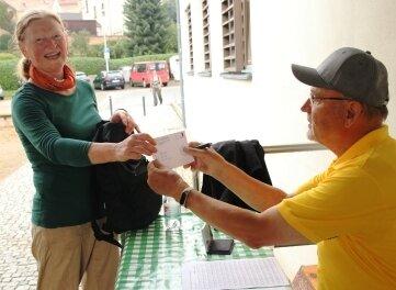 Walter Bodenschatz hat die Teilnehmerkarte von Runa Böhnke aus Werdau abgestempelt.