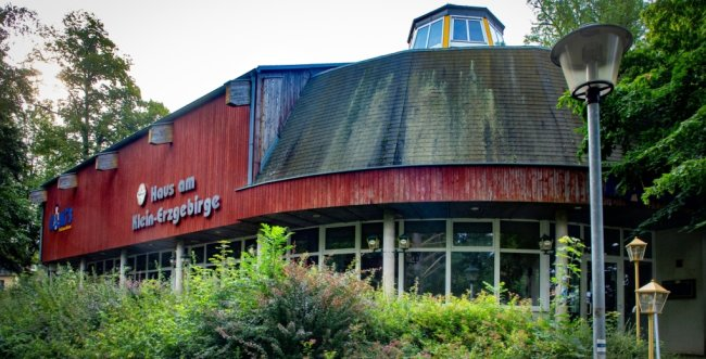 Das Haus am Klein-Erzgebirge ist Teil der Insolvenzmasse der Erzgebirgs-Miniaturschau Oederan GmbH. Die Gaststätte und die Tenne, in der jahrelang Clubkonzerte stattfanden, stehen zum Verkauf. Der angrenzende Miniaturenpark ist nicht direkt von der Insolvenz betroffen.