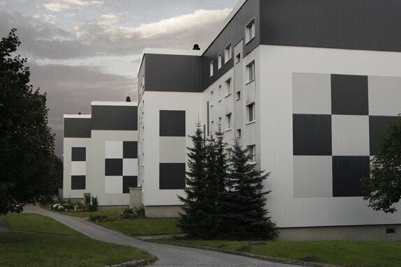 """<p class=""""artikelinhalt"""">Wegen Mietermangels müssen in der Bergstadt weiter Häuser abgerissen werden. Diese beiden Blöcke am Pulverturm sind 2012 an der Reihe. Sie gehören der Wohnbau Johanngeorgenstadt GmbH.</p>"""