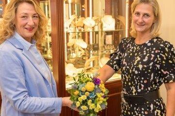 Mit Blumen: Die neue Präsidentin Andrea Gerlach (l.) dankte Katrin Mette für ihre Arbeit in den vergangenen drei Jahren.