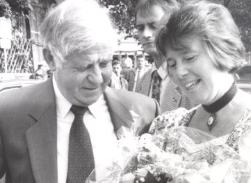 Kurt Biedenkopf mit Eva Maria Schönfeld 1994 bei einem Besuch in Schwarzenberg.