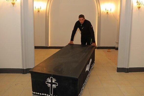 Friedhofsmitarbeiter Tino Albrecht rollt einen Sargwagen in den umgebauten Aufbahrungsraum der Kapelle.