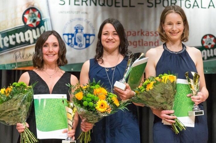 Sie strahlten um die Wette: Eisschnellläuferin Denise Roth (Mitte) entschied die Umfrage der Frauen vor Radsportlerin Claudia Weise, geborene Seidel (rechts), und Flossenschwimmerin Pia Lorenz (links) für sich.