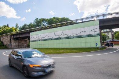 Die Eisenbahnbrücke, die den Kreisverkehr in Schwarzenberg quert, soll erneuert werden. Im Zuge dessen soll 2021 der massive Betonpfeiler in der Mitte verschwinden. Aber was wird aus den Email-Bildern?