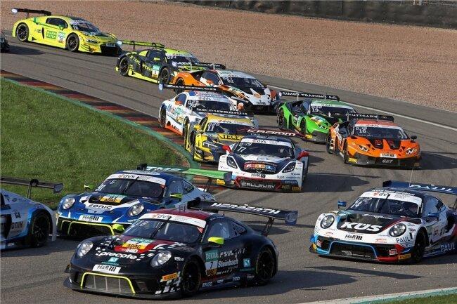 Dichtes Gedränge in der Startkurve beim Rennen der GT Masters auf dem Sachsenring.