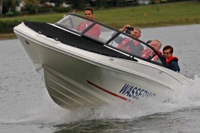 Bootsführer Kay Hansen von der Pöhler Wasserwacht lud die Gäste zu einer rasanten Probefahrt über den Stausee ein.