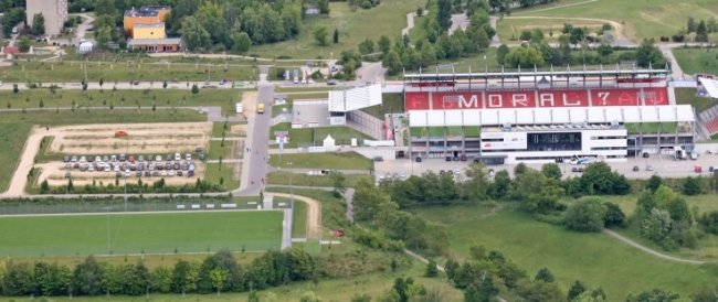 Der Zuschauerparkplatz links vom Stadion sowie die vorhandenen weiteren Stellplätze müssen ausreichen.